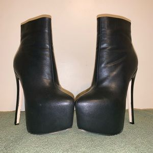 Pointed toe platform boots